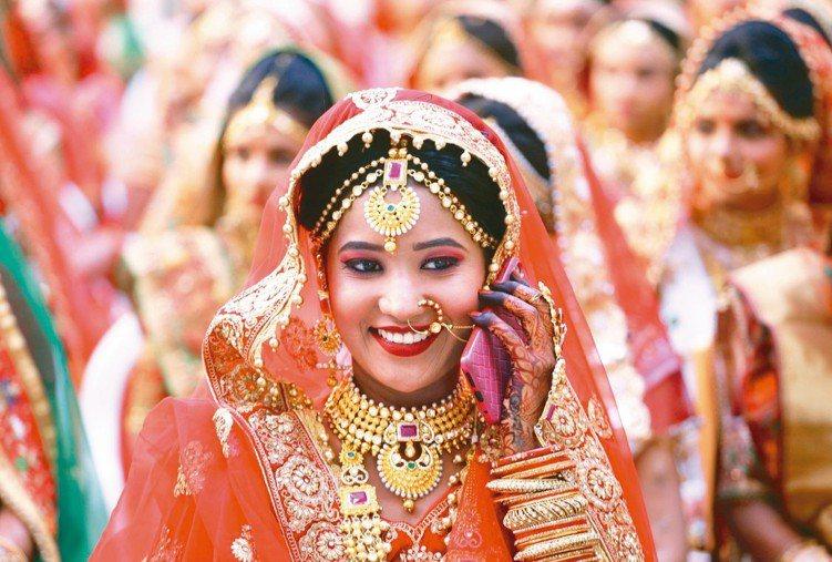 印度股市前景可期,圖為美麗的印度新娘,穿戴傳統金飾參加集團婚禮。 美聯社