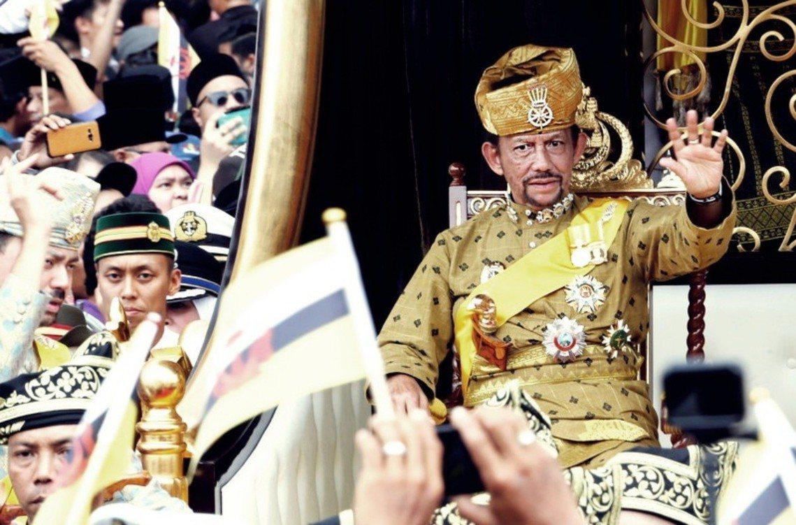 圖為汶萊蘇丹。石油財富聞名的汶萊,3日正式實施了全面加強刑罰強度的《伊斯蘭法刑法...