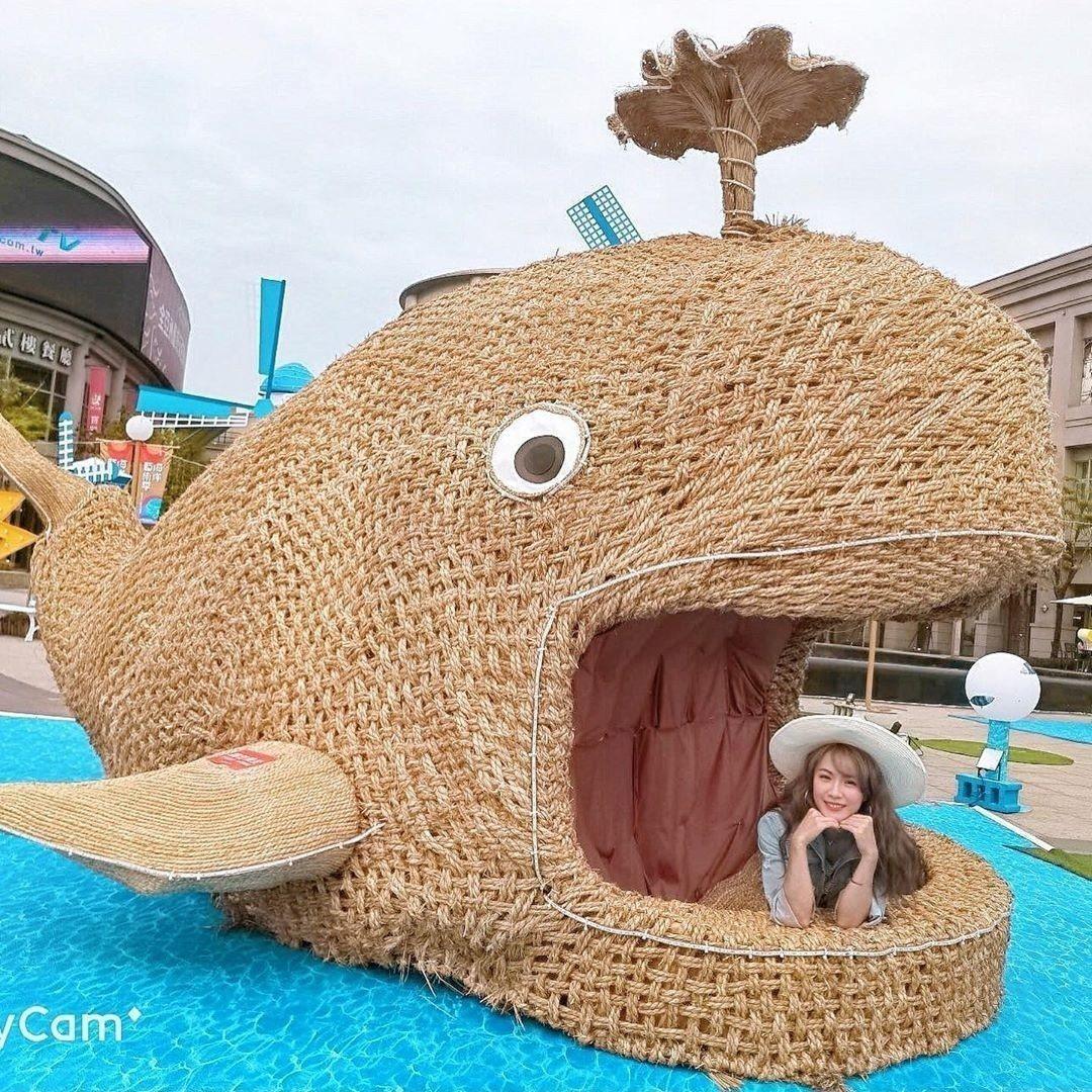 圖/張著大嘴的鯨魚媽媽,可以互動的草編藝術品。網友vanessaboutique...
