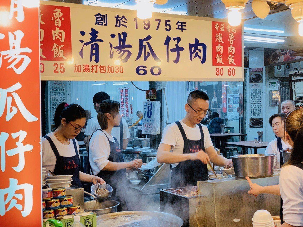 第二代老闆王捷生(中)親自備餐。記者張芳瑜/攝影
