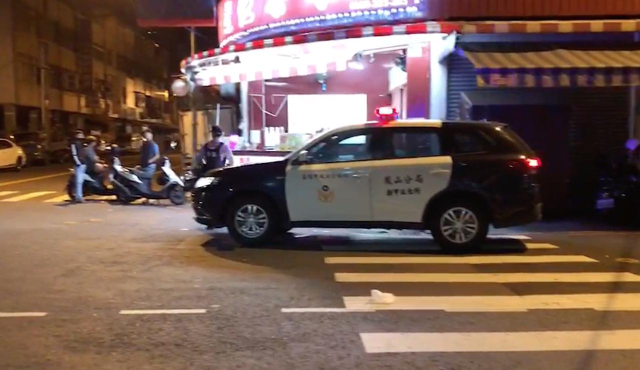 警方在附近查找發現道具槍的彈頭,現已鎖定涉案的兩車。記者劉星君/翻攝