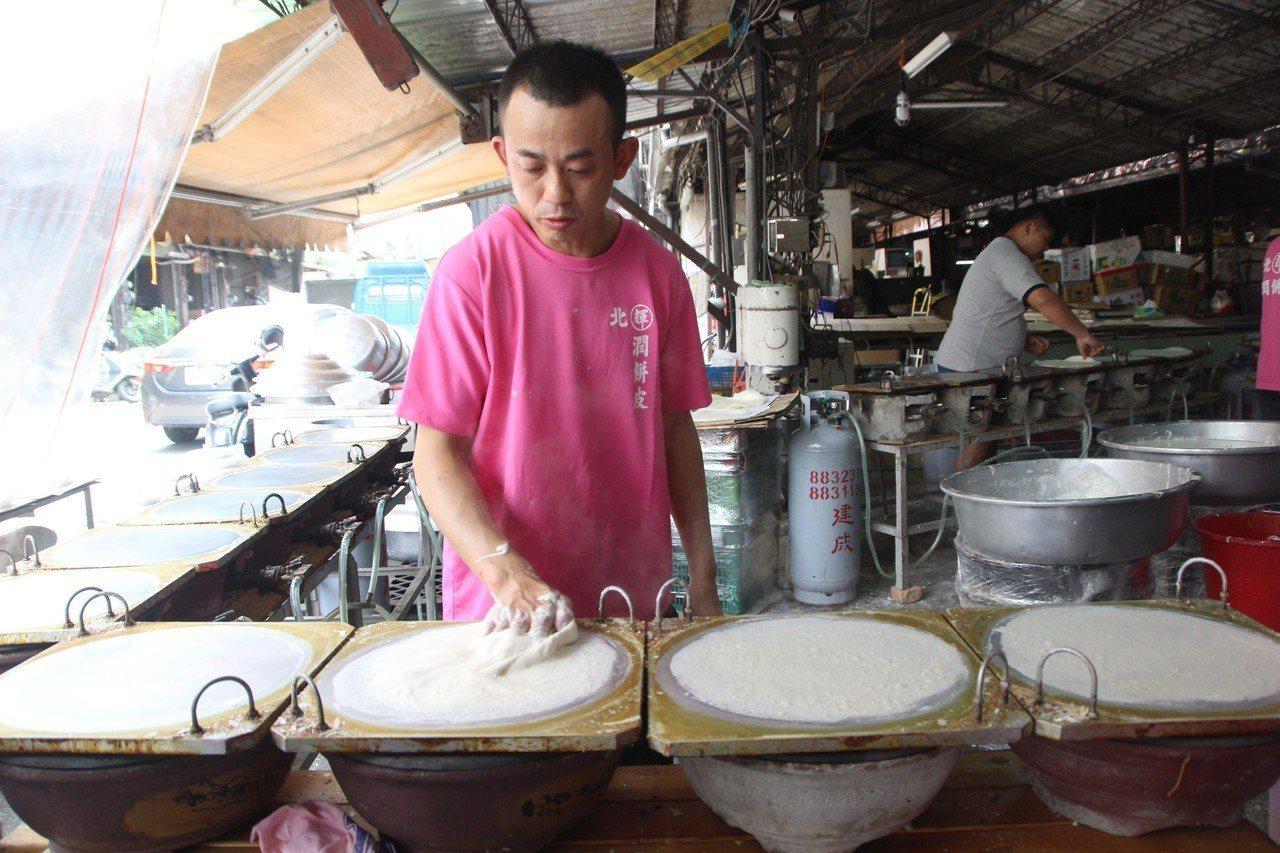彰化縣北斗「潤餅輝」每年期間限定販售潤餅皮,傳承80年味道。記者林敬家/攝影