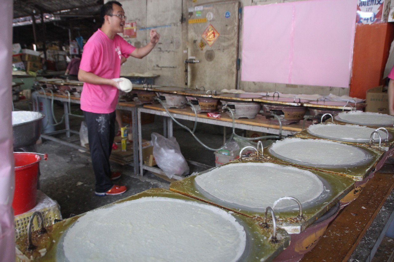 彰化縣北斗「潤餅輝」每年期間限定販售潤餅皮,今天將開47爐製作潤餅。記者林敬家/...