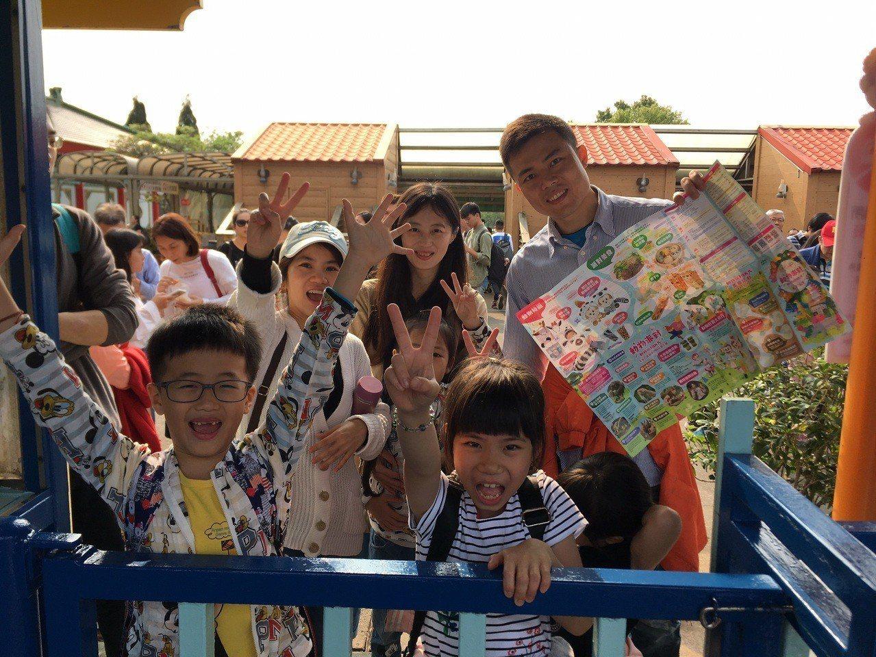 兒童節四天連假首日,天公作美給了舒適晴朗的天氣,六福村主題遊樂園一早即湧現車潮、...
