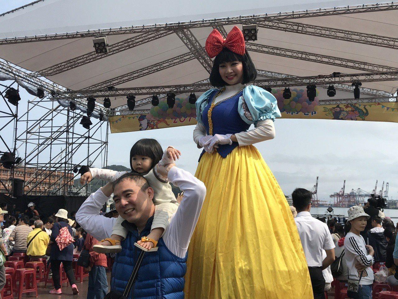 「2019基隆童話藝術節」今天開幕,吸引許多爸爸媽媽帶子女來玩。記者吳淑君/攝影