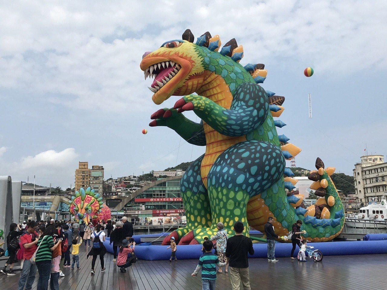 「2019基隆童話藝術節」今天開幕,雷克斯龍、圓頂龍及彼得修斯角龍前滿滿都是人。...