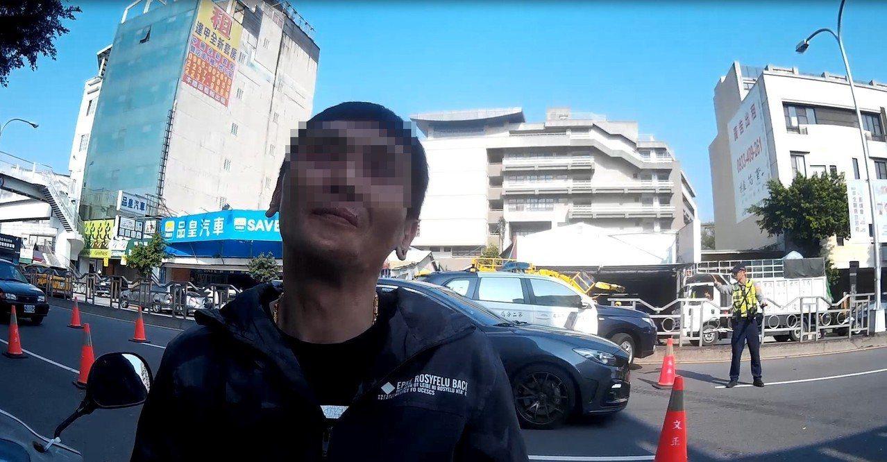 酒駕的楊男得知要被移送法辦,無法前往公證結婚,表情相當無奈。記者林佩均/翻攝