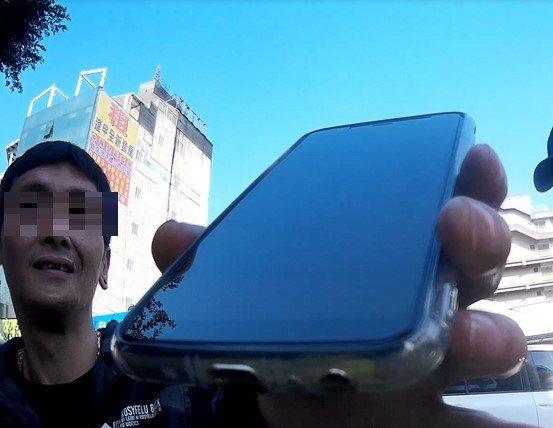 酒駕的楊男出示手機,顯示與未婚妻的對話紀錄,確實相約前往戶政事務所公證結婚。記者...