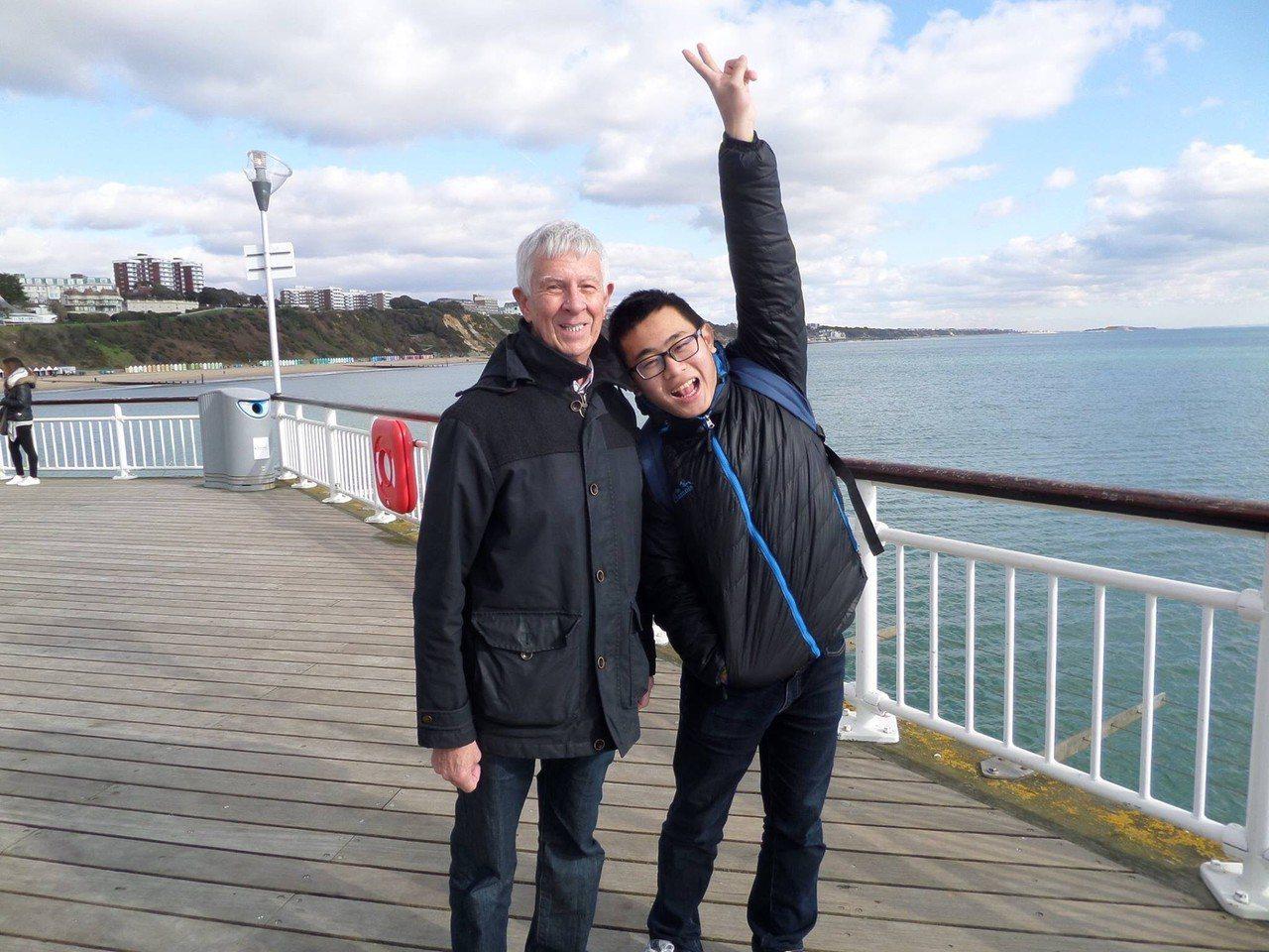 苗栗24歲青年趙守泉和英國75歲老先生Andrew Goodier攜手共度未來人...