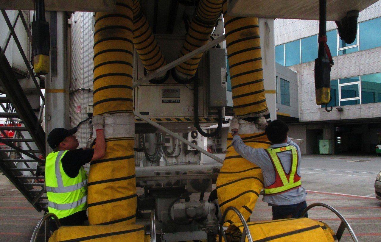 空橋工作人員安裝「橋氣」設備。圖/桃機提供