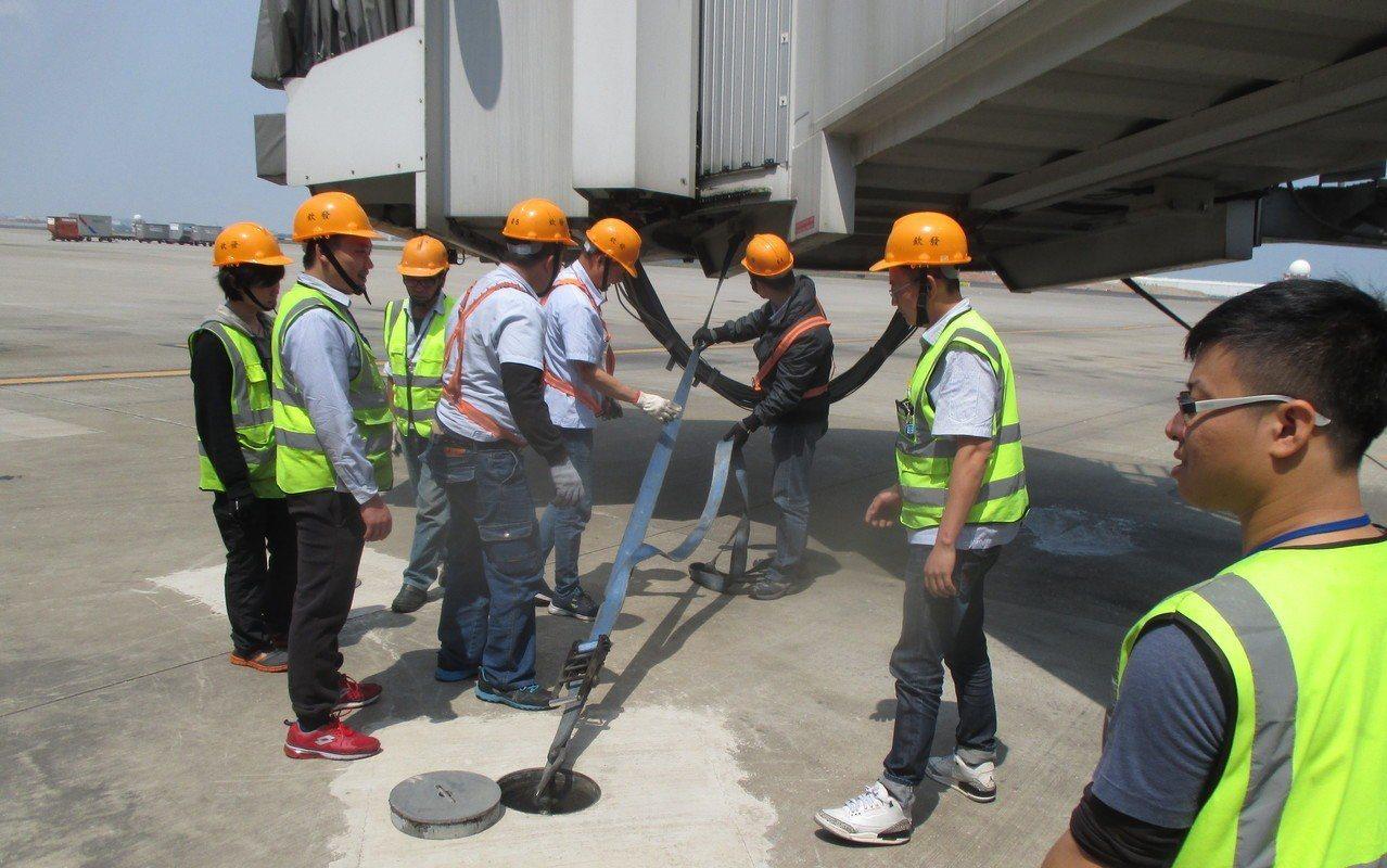 空橋操作人員做「綁橋」作業教育訓練。圖/桃機提供
