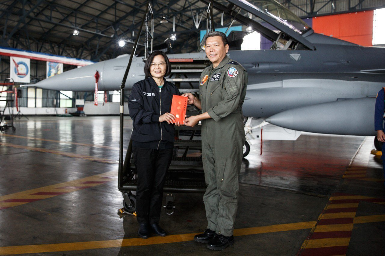 蔡總統在「空軍第四戰術戰鬥機聯隊」聯隊長顏有賢引導下,登上F-16V座艙,聽取座...