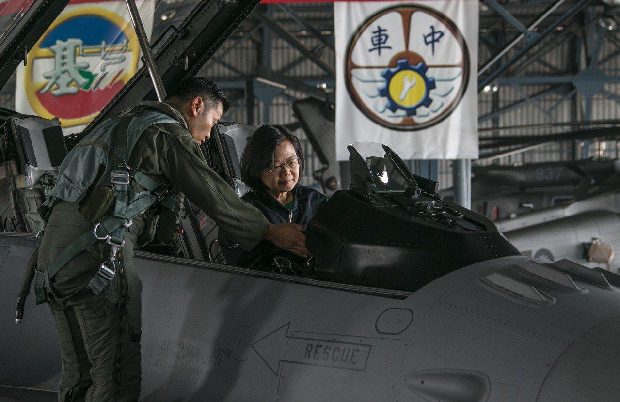 蔡總統上午慰勉嘉義「空軍第四戰術戰鬥機聯隊」,登上空軍新接收的F-16V戰機了解...
