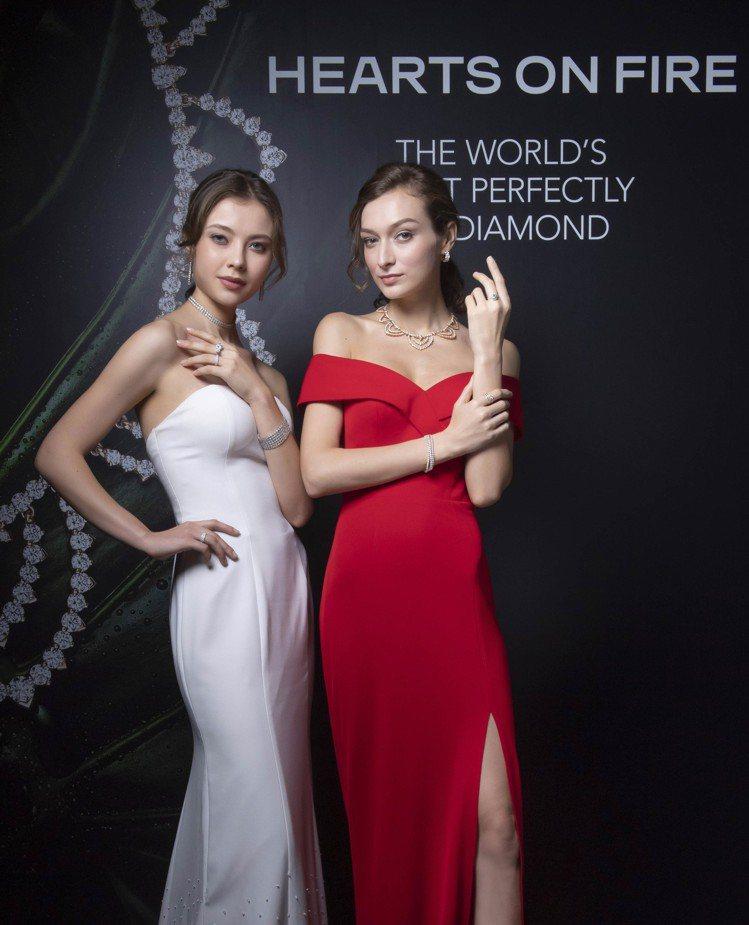 模特兒(左)配戴AERIAL DEW BEZEL頸鍊,266萬9,000元;AE...