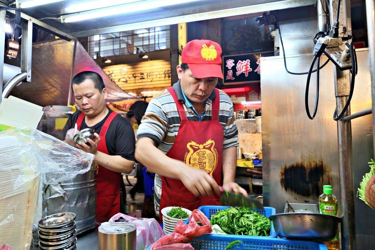 方家雞肉飯的青菜都是現炒,許多熟門熟路的客人都會點上一盤炒青菜,配上雞肉飯來吃。...
