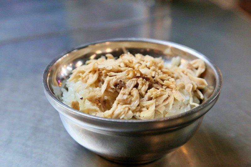 方家雞肉飯一碗只要30元,親民價格又美味,客人絡繹不絕。記者魏妤庭/攝影