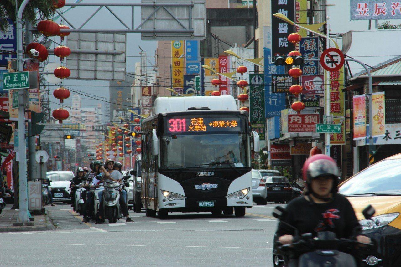 花蓮縣府在國定假日及周六、日晚間推出市區的智慧公車,方便民眾遊逛市區各景點。圖/...