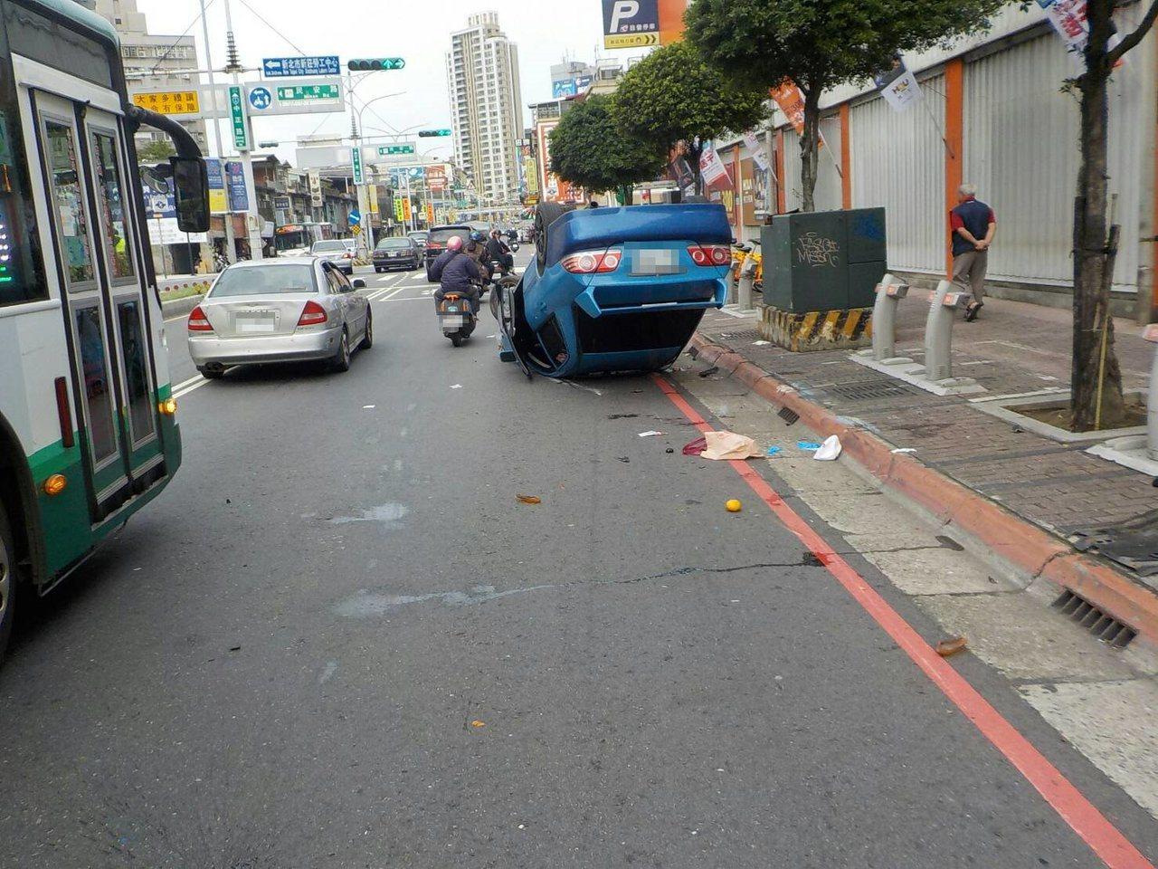 駕駛失控追撞機車還有路旁自行車,轎車當場四輪朝天翻了過去。記者巫鴻瑋/翻攝