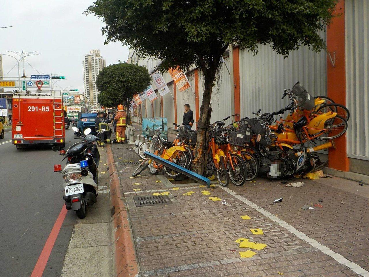 整排Ubike自行車都撞成一坨糾纏在一起,場面怵目驚心。記者巫鴻瑋/翻攝
