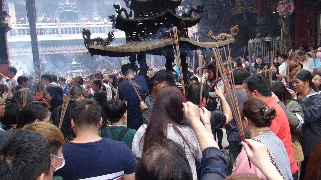 國內最大的財神祖廟武德宮每年開春朝拜求財求運的人潮如織。記者蔡維斌/攝影