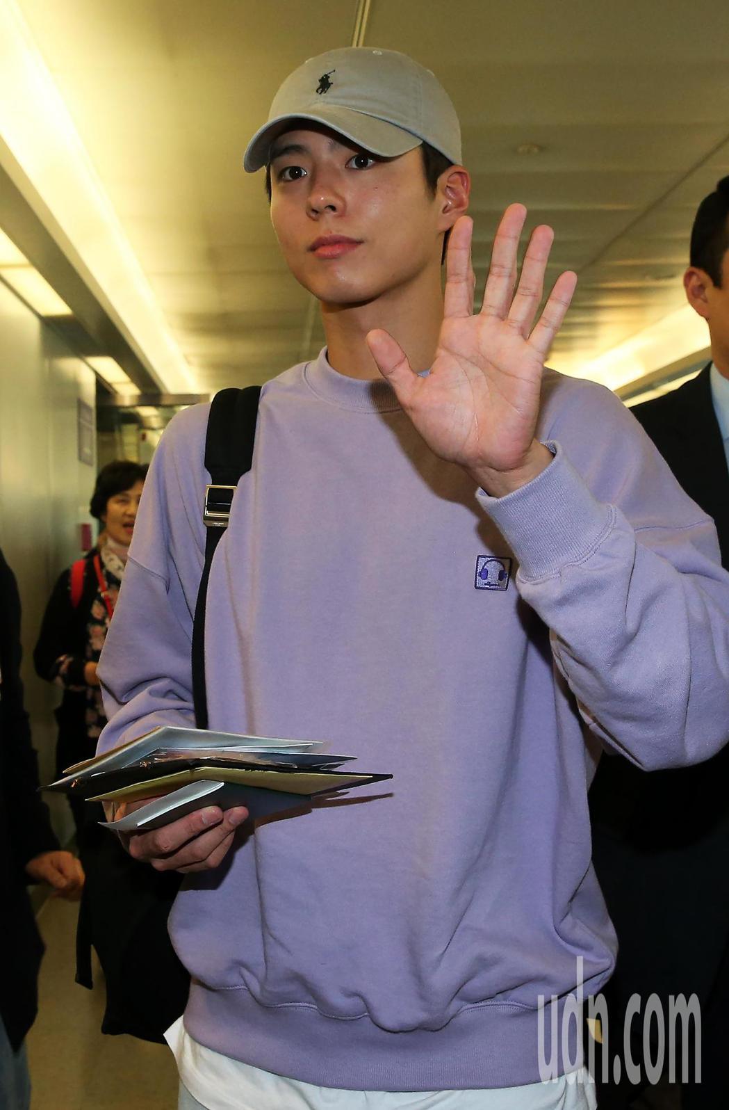 南韓藝人朴寶劍(如圖)4日中午搭機抵台,班機還沒有降落,空橋門口就聚集大批粉絲守...