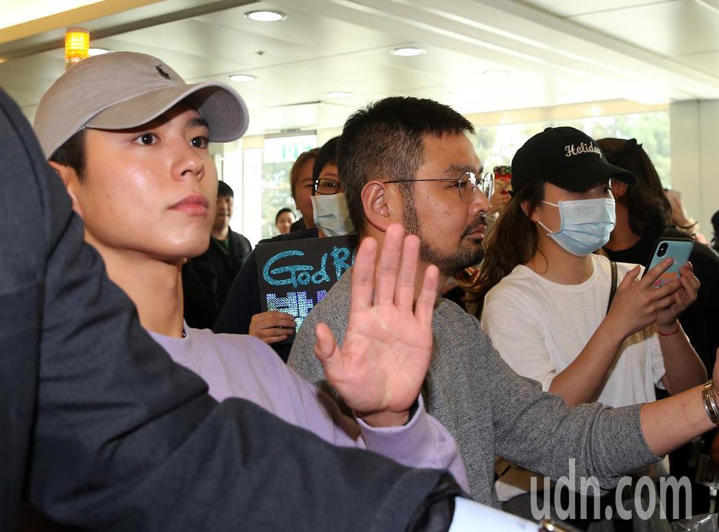 南韓藝人朴寶劍(左)4日中午搭機抵台,班機還沒有降落,空橋門口就聚集大批粉絲守候...