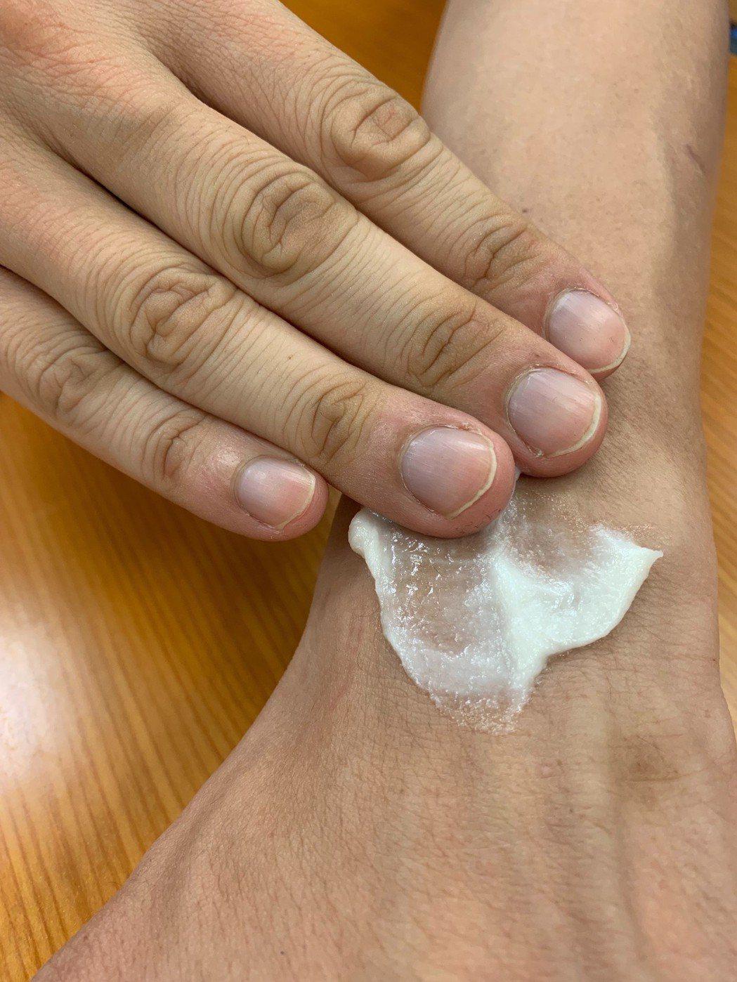 使用痠痛貼布或是藥膏,須要依照仿單使用,藥害救濟基金會呼籲使用痠痛貼布、藥膏不要...