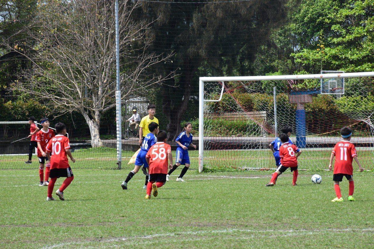 來自全台共56隊俱樂部、76支國小男足代表隊,及17支國小女足代表隊在花蓮比賽。...