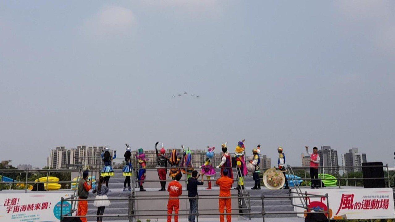 新竹市兒童藝術節─風的運動場今天在5架幻象戰機衝場表演下熱鬧登場。記者黃瑞典/攝...
