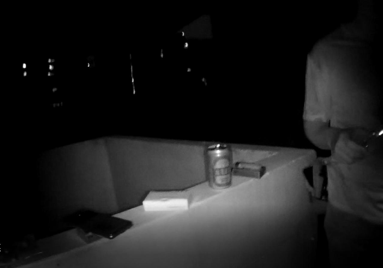 陳嫌發生車禍未與對方和解遭通緝,躲在租屋處頂樓喝悶酒。記者林佩均/翻攝