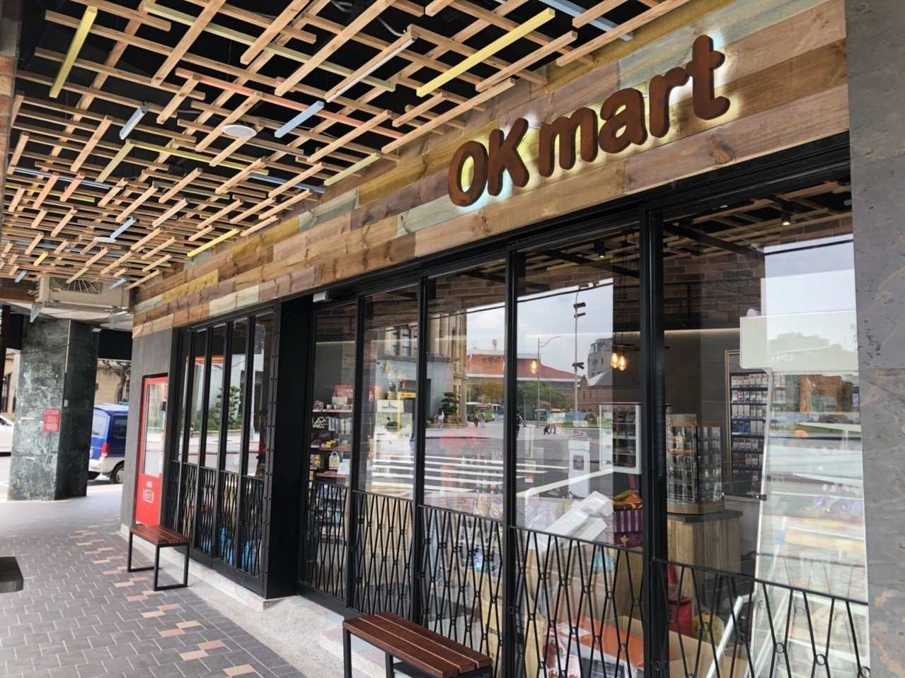 OKmart台北北門門市保留北門城牆與磚瓦風格,店外專有的北門最佳拍攝點在假日甚...