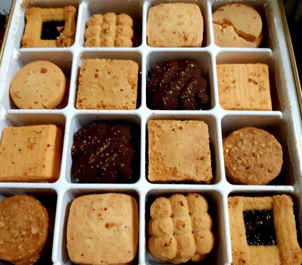 RT鐵盒裝的精緻小西餅。圖/柯意如攝影