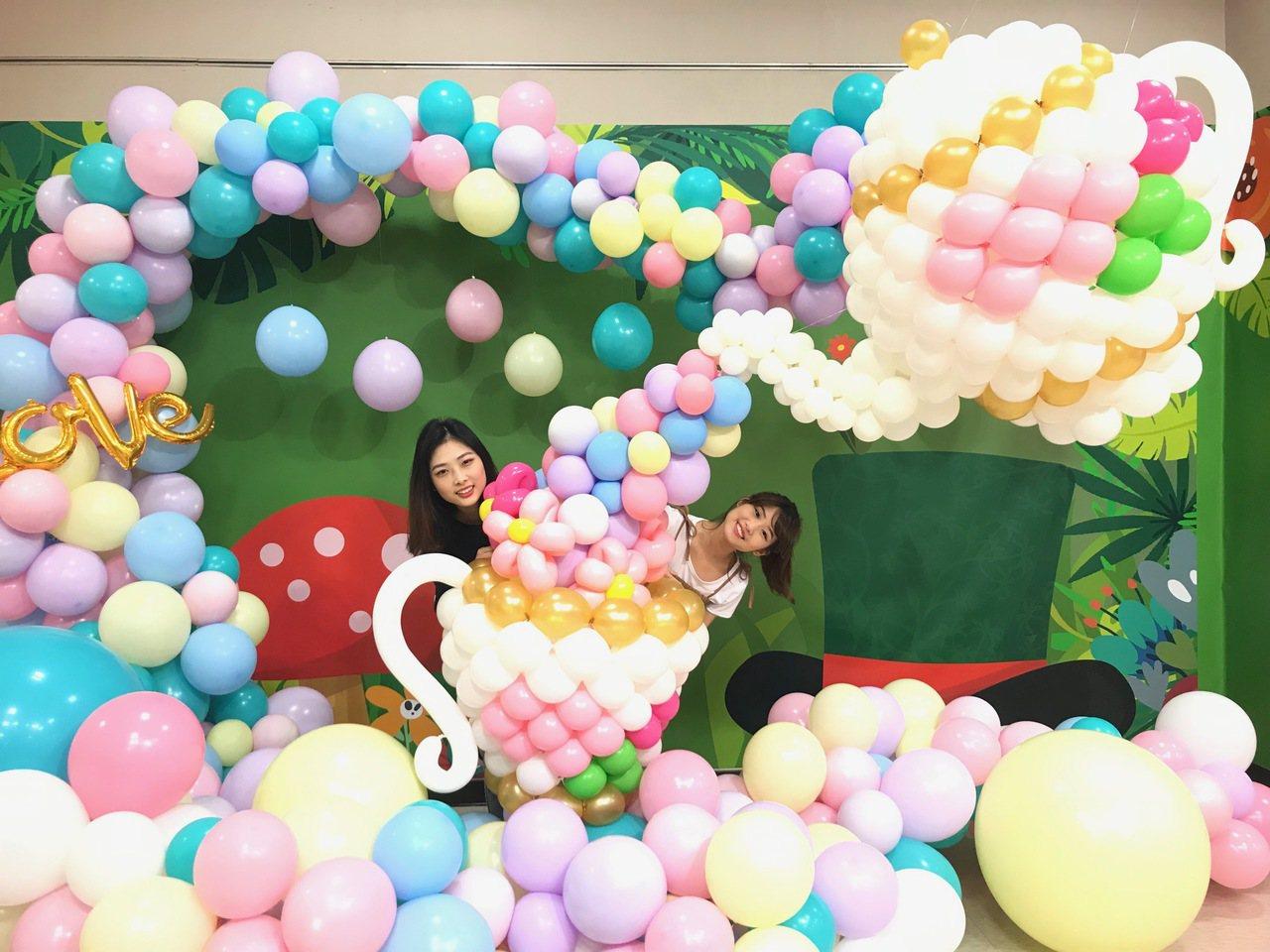 新光三越台北站前店奇幻童話氣球展的「瘋狂下午茶區」。圖/新光三越提供