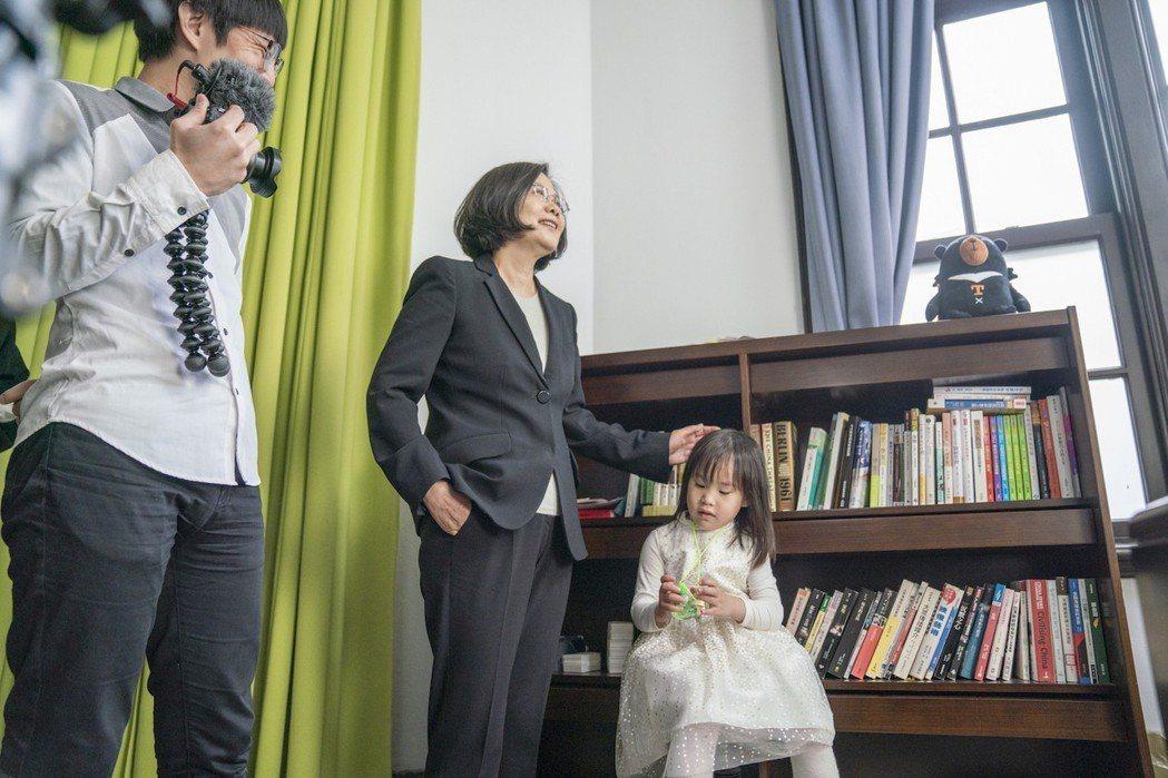 Mom&Dad和總統蔡英文一起拍MV。圖/總統府提供