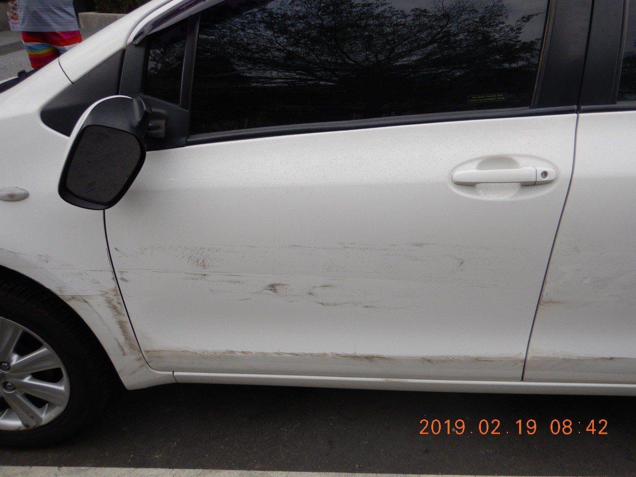 江男耍帥高速迴轉車輛,撞擊路旁停靠的白色轎車,造成陳姓白色車主愛車左側車身被刮毀...