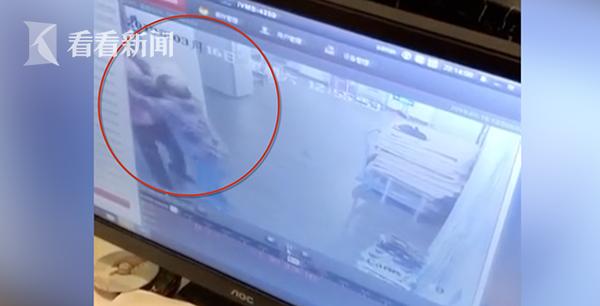 外送人員與老太太在電梯口發生爭執。圖/看看新聞