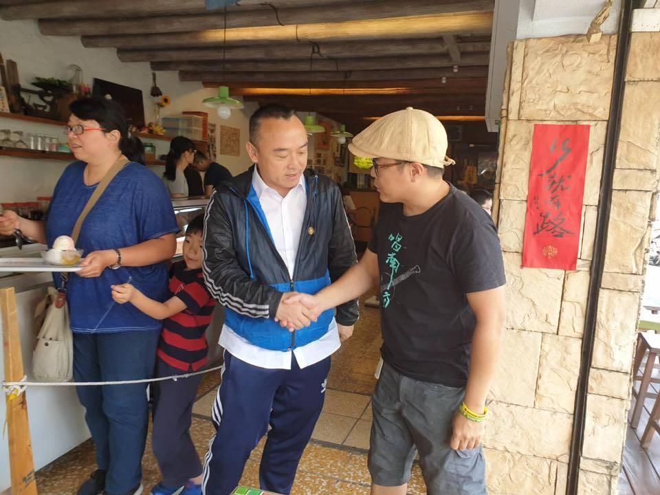 高市府觀光局長潘恆旭(左二)到常美冰店消費,並與業者郭人豪(右一)握手致意。圖/...