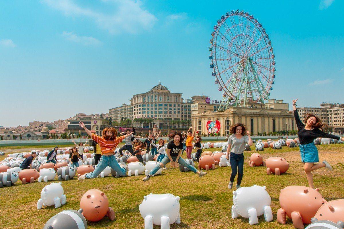義大世界大草坪上有千隻可愛熊熊賣萌,可供遊客拍照。圖/義大世界提供