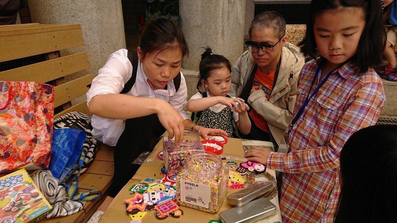 高雄市兒美館兒童節推出「愛分享╳玩具派對」,小朋友自己擺攤當老闆,交換玩具外,也...