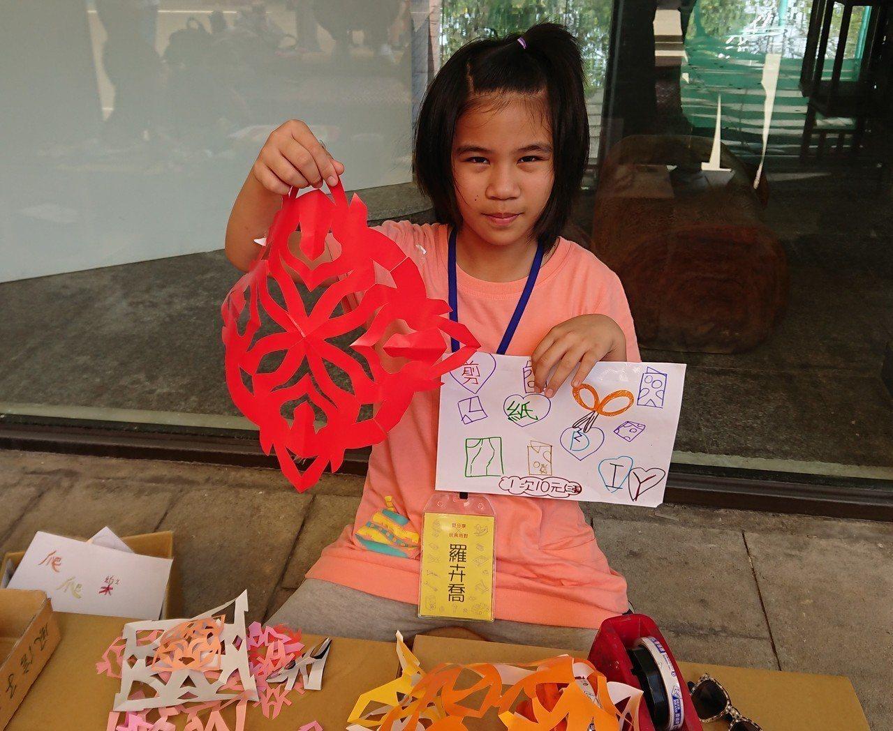 熱愛剪紙的羅卉喬隨手就能剪出一大張漂亮窗花,她展現天分當起小老師,相當有成就感。...