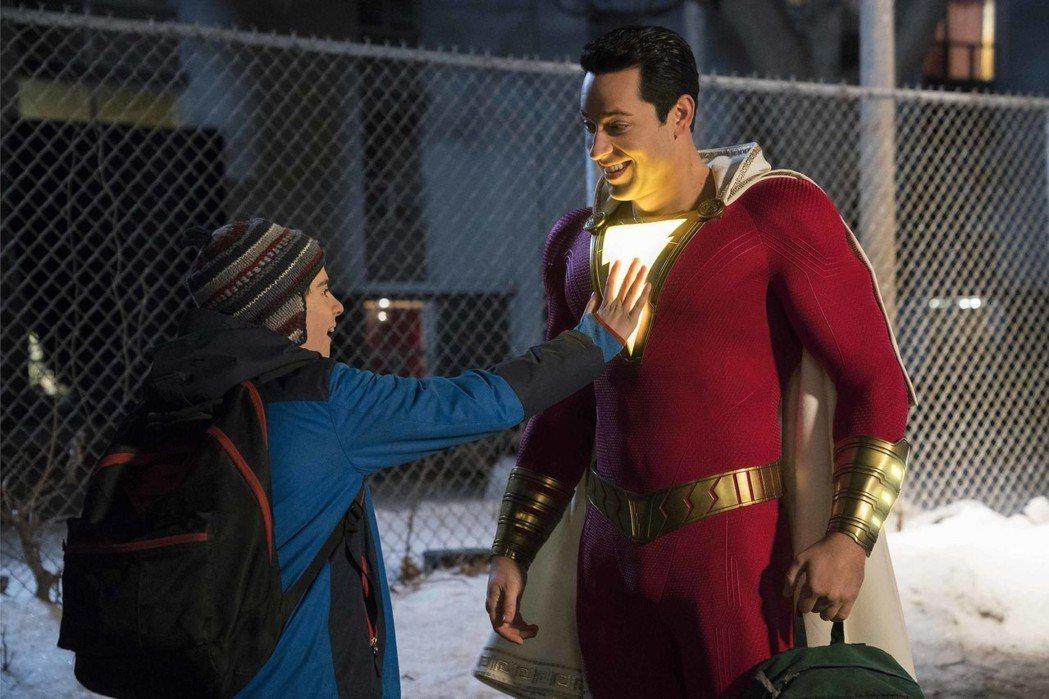 柴克萊威(右)演出最新超級英雄電影「沙贊!」,展現幼稚搞笑魅力。圖/華納兄弟提供