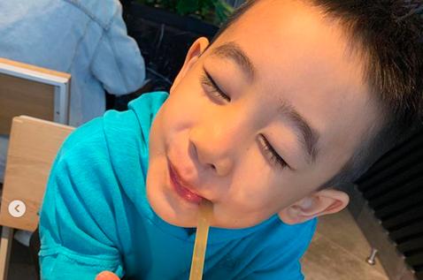 今天是一年一度的兒童節,應采兒也給兒子Jasper來點Special,於IG分享Jasper沈溺在美食中的萌照,並寫道「Sports Day後的一點鼓勵!平常不給他吃的漢堡、薯條,今天盡情享受吧」。...