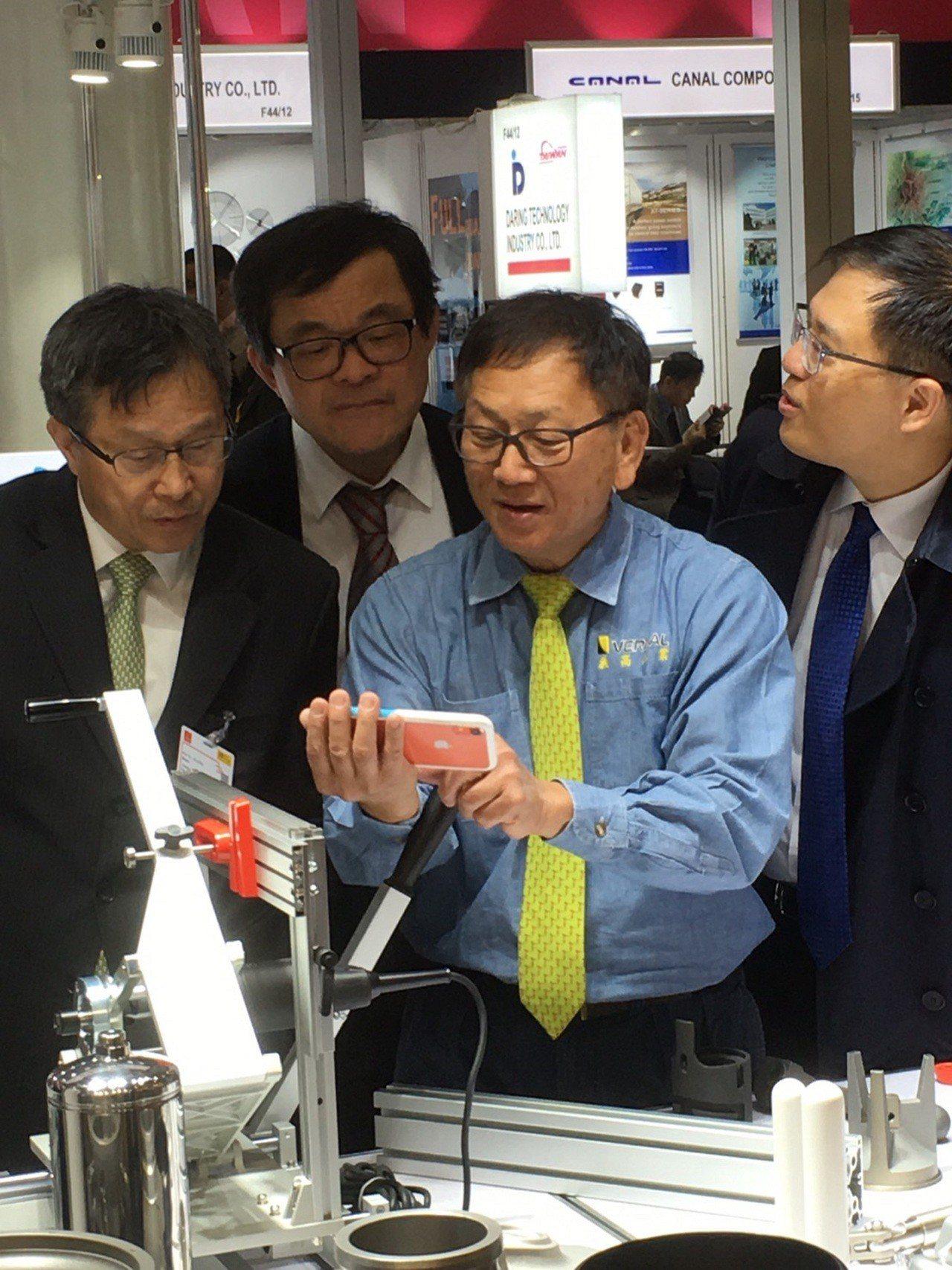 義高公司(中)詳細介紹該公司創新技術的解決方案。圖/貿協提供