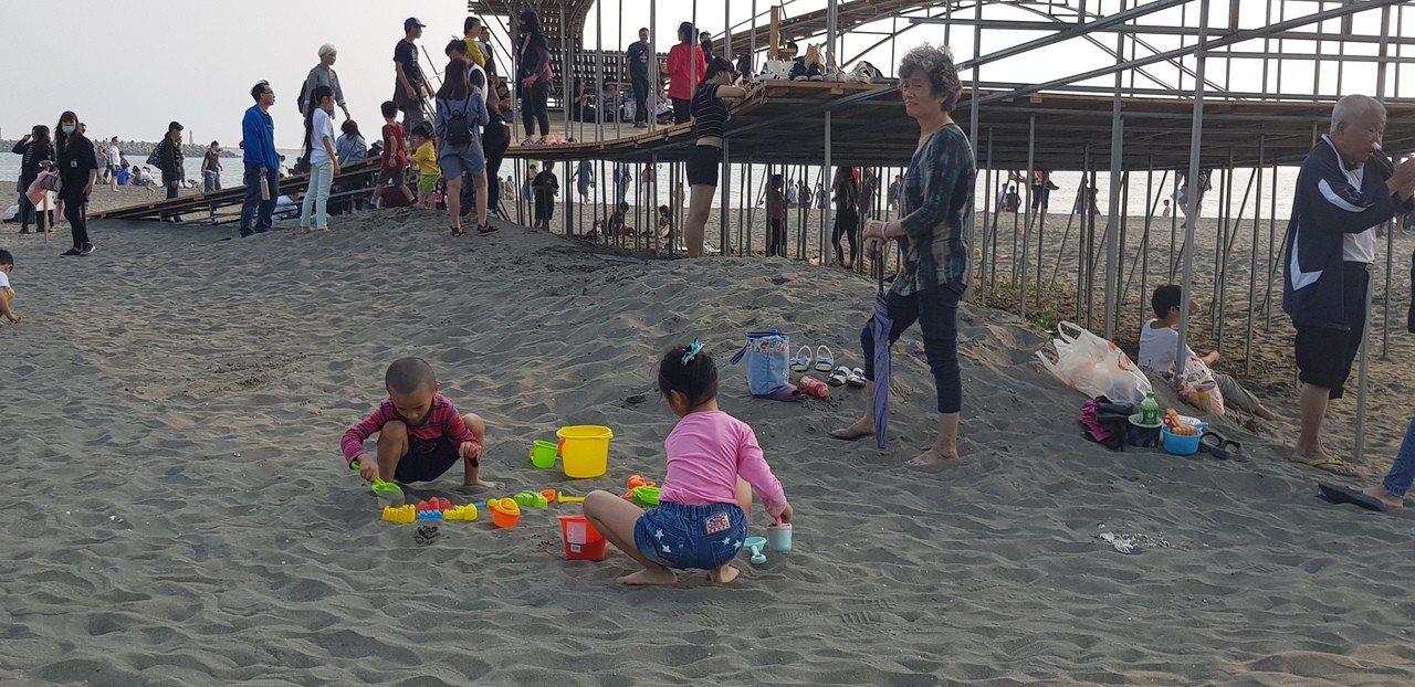 台南漁光島藝術節連假首日湧現人潮。記者修瑞瑩攝影