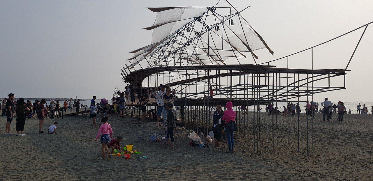 台南漁光島藝術節連假首日湧現人潮。記者修瑞瑩/攝影