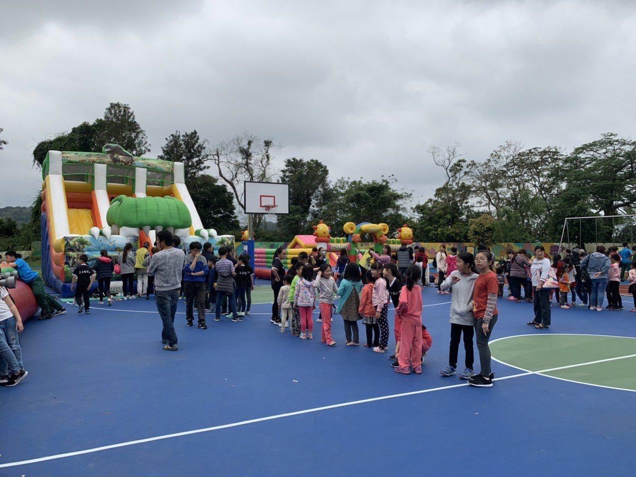 新竹縣北埔鄉公所,在兒童節前一天,將北埔國小操場變身為大型遊樂場,送給孩子們一份...