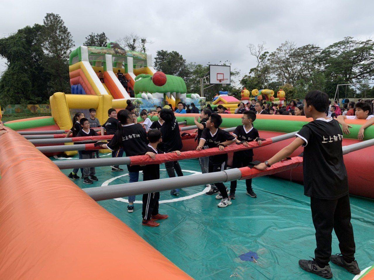 新竹縣北埔鄉公所,在兒童節前一天,將北埔國小操場變身為大型遊樂場,孩子們化身人體...