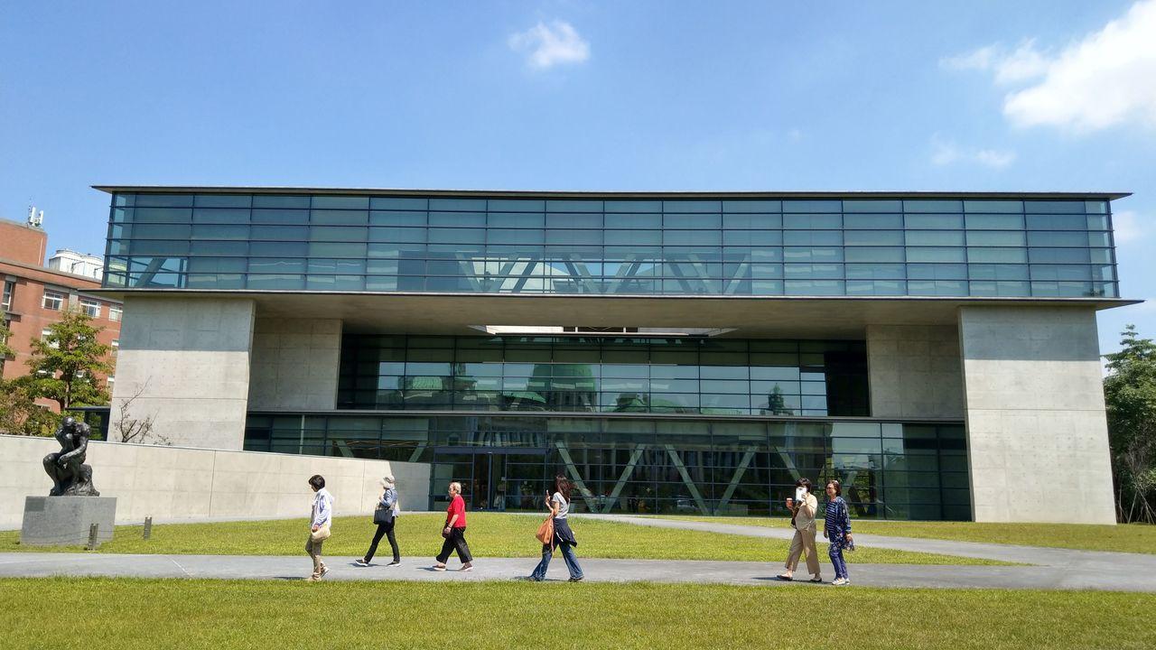 亞洲大學現代美術館以清水混凝土與帷幕牆構成,是知名打卡熱點,它所開創美學教育,也...