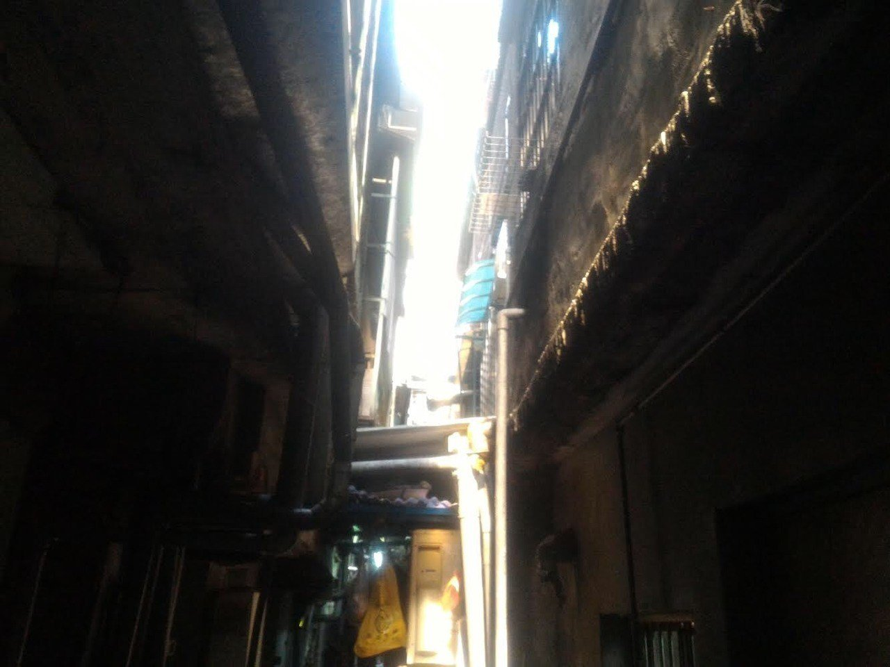男子從5樓高墜下,卡在防火巷內的1樓遮雨棚上,救援人員花了一番功夫才將他救出。記...