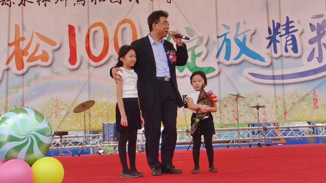 台塑總經理林善志是曾獲五燈獎五度五關的實力唱將,今天回雲林故鄉重執麥克風獻唱,可...